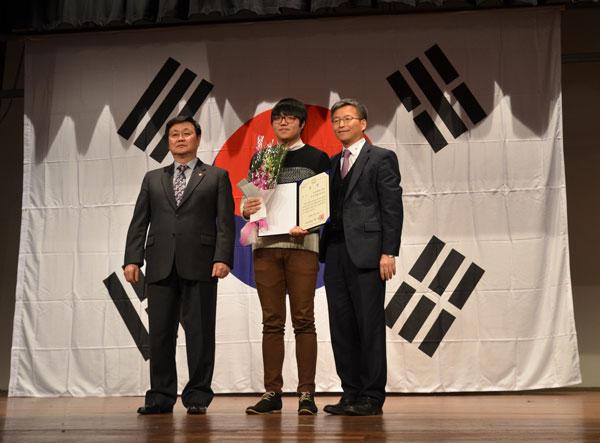 왼쪽부터 황명하 광복회회장, 김현우군, 강수환 한국어교육원장