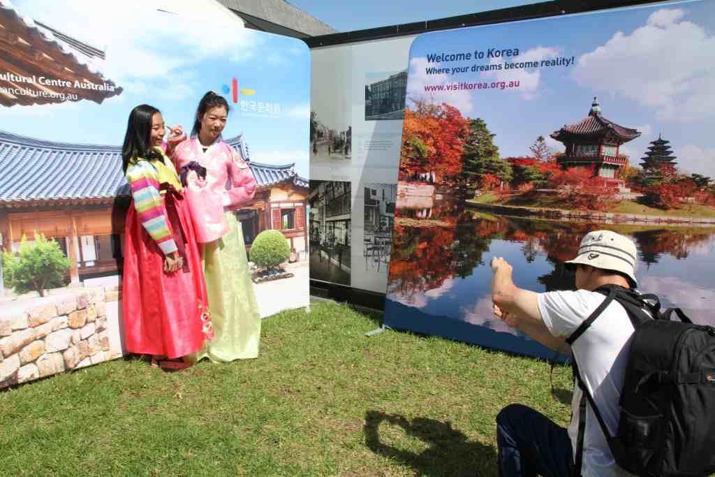 Sydney Korean Festival,trying Korean traditional costume