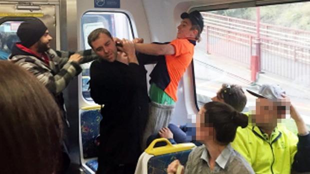 멜번 전철서 무슬림 여성에 인종차별 폭언