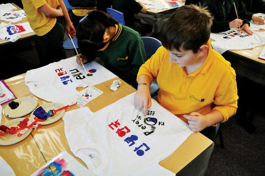 오몬드 초등학생들이 티셔츠를 만들고 있다.