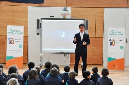 율파크 지역학교를 방문한 안신영 원장이 한국어 교육의 중요성을 학생들에게 설명하고 있다.
