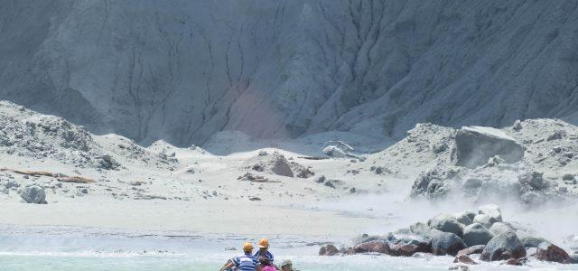 뉴질랜드 화산 폭발로 6명 사망, 실종자 8명 사망 추정