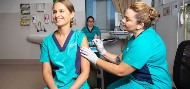 퀸즈랜드 코로나19 간호사 첫 백신 접종